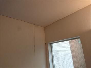 天井と壁の丁度角から雨漏りしています