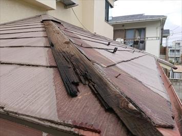 屋根の塗装をしてあるので、棟板金の下と色が違います