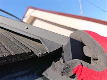 折り曲げてある棟板金が浮いています