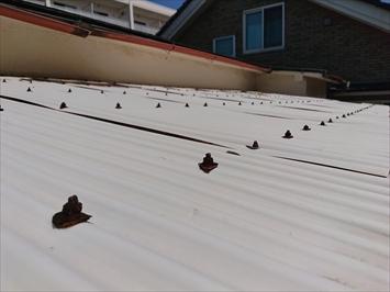 稲城市押立で台風の強風で破損したバルコニーの波板と雨樋を火災保険で直します
