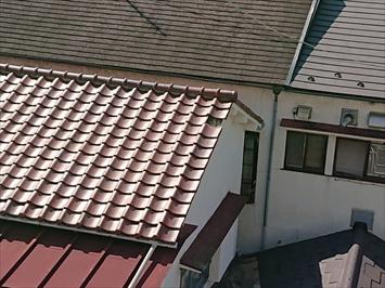 被害を受けた建物の屋上からお隣の屋根を調べます