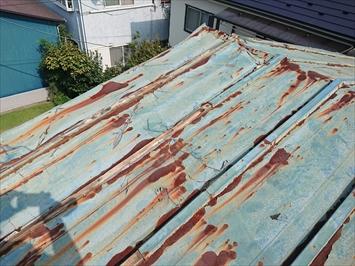 瓦棒葺き屋根が捲れていました