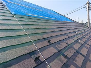 捲れたスレート屋根にはシートが被せてあります