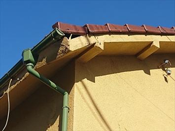 モルタル塗装仕上げの軒天が重さによって下がっています