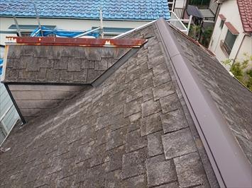 劣化していてボロボロのスレート葺き屋根