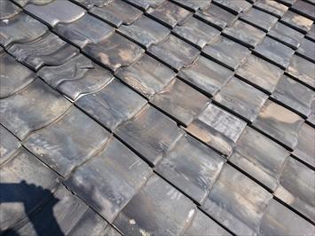 築年数が大分経過した瓦屋根は波打っています
