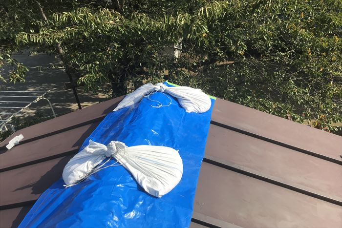 ブルーシート養生で雨対策の実施