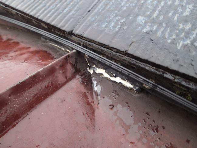 トタンの穴