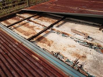 調布市国領町で台風の被害を受けたトタン屋根を火災保険を使って直します