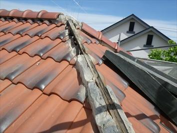 三鷹市中原で釘穴から雨水が回った冠瓦1本伏せは芯木が腐食しています