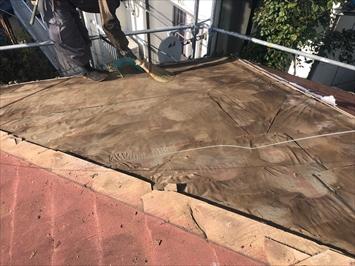調布市国領町で台風でめくれてしまったスレートを部分的に葺き替えて直します
