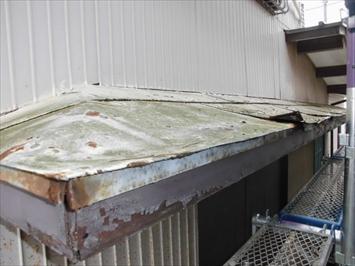 サビたトタンの上にガルバリウム鋼板をかぶせます