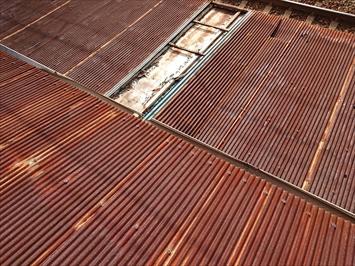 サビて真っ赤になっているトタン屋根