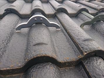 屋根に葺かれているのはモニエル瓦
