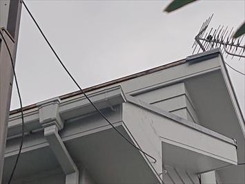片流れ屋根の棟板金が飛ばされています
