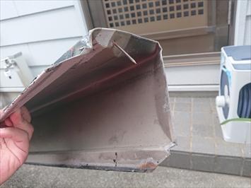 目黒区東山で台風で棟板金が飛ばされてしまい、雨漏りしている屋根を調査します