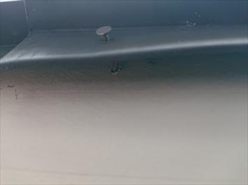 釘が抜けかかっている部分は風で飛ばされる可能性があります