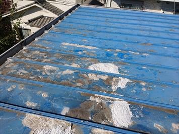立川市富士見台で錆びて穴が開いたトタン屋根は雨漏りしているので葺き替え工事で直します