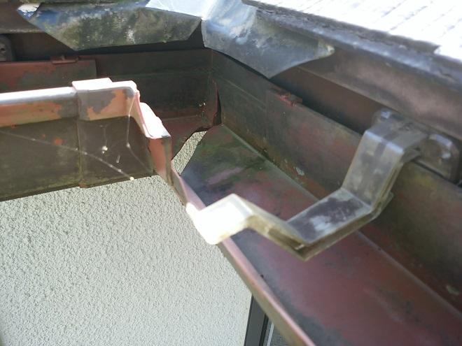 曲がり部分に被害を受けた雨樋