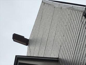 棟板金が離脱し半分屋根からはみ出ています