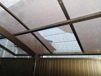 ポリカーボネート屋根の鋭利な破損状況