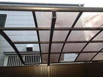 ポリカーボネート屋根の破損状況