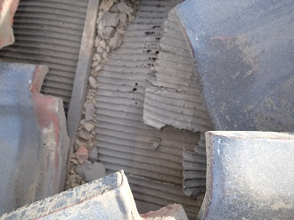 瓦屋根の下地である防水紙の傷みを確認