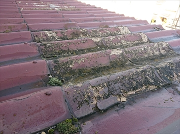 日野市百草でセキスイかわらUにて屋根カバー工事された緩い勾配の屋根、葺き替え工事が必要です