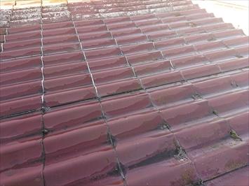 勾配が殆ど無いので下地が劣化して屋根が沈んでいます