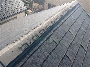 スレート葺き屋根には換気棟が設置されています