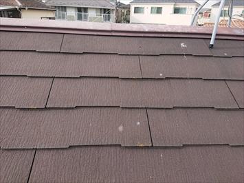 スレート屋根全体にひび割れが出ています