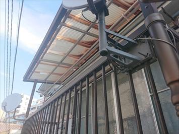 ベランダ屋根の波板も被害を受けていました