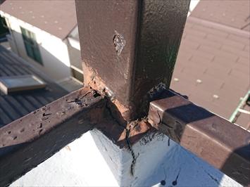 鉄骨製の手すりは錆びて劣化しています