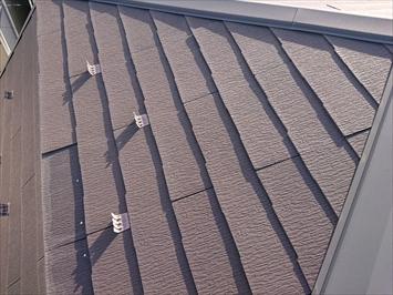 スレート葺き屋根の軒先部分が剥がれています
