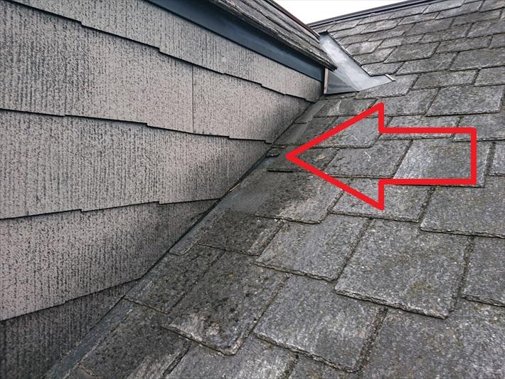 矢印部分が台風の被害を受けて雨漏りの原因です