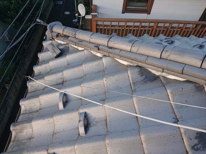 斜めに下っている棟瓦が被害を受けました