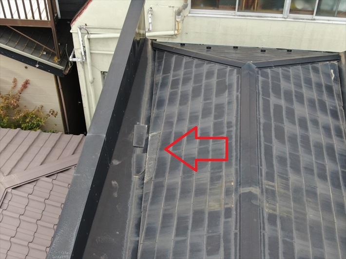ドローンを飛ばして屋根の上から確認します