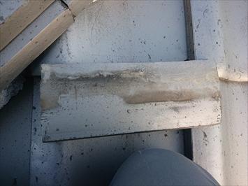 瓦は銅線で固定されています