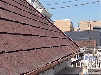 急勾配屋根もスレートが割れています