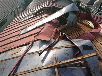 めくれ上がったトタン葺き屋根