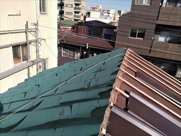 豊島区上池袋で台風で飛んだトタン瓦棒屋根にカバールーフを使用して屋根カバー工事を行いました