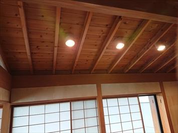 天井の板には雨染みがあります