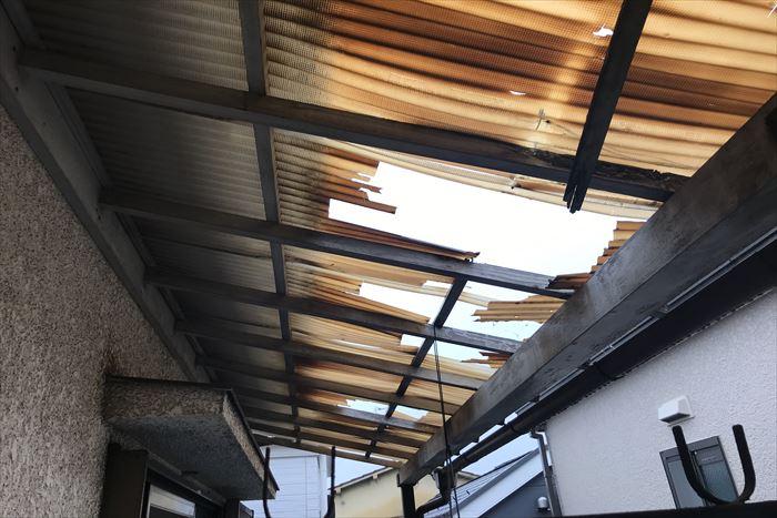 北区上十条でベランダの波板屋根が台風19号の影響で損壊、支柱も含めての修繕となります