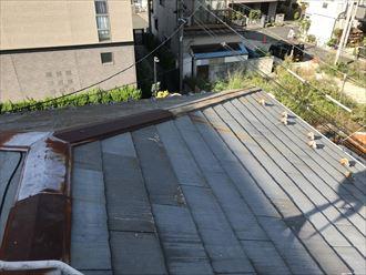 棟板金が飛散し貫板が剥き出しになっています
