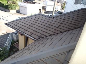 小口に水分が染み込んだスレート屋根