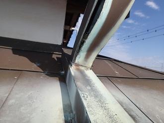 裂けてしまった銅製雨樋