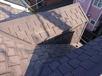 アーバニー葺き屋根は大分傷みが出ています