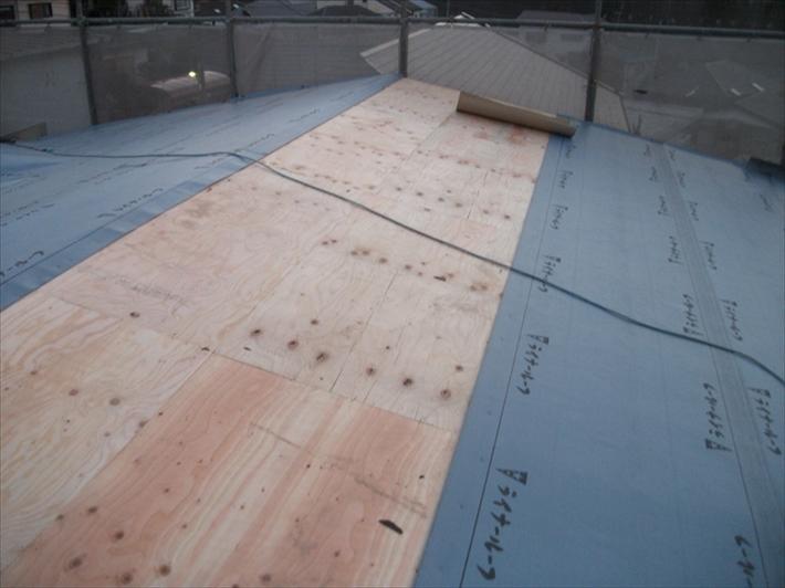 野地板の上にルーフィングを葺きます