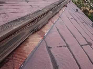 横から打った釘によって半分程度棟板金と一緒に飛ばされた貫板