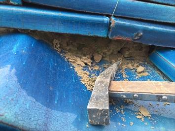 府中市若松町で古くなって浮いてしまった棟瓦の漆喰詰め直し工事をおこないます